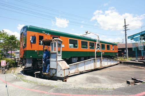 電車に乗ったまま、転車台の上へ移動して、回転も体験できます。モーターを使って操作台が電車の後ろから押しているため、普段の電車では感じられない滑らかな回転をしますよ。