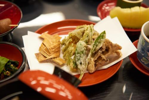 あじろ昆布、さつま芋、南瓜、アスパラ、舞茸、茶葉の天ぷら(※内容は季節により変更になります)。口に入れた後、ほのかにお茶の香りが広がります。