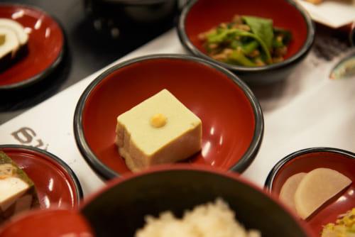 抹茶胡麻豆腐。「添加物を加えずに、お茶の色を保つのは苦労がいった」と小金山典座和尚。お茶の自然な色の美しさを目でも楽しんでみてください。