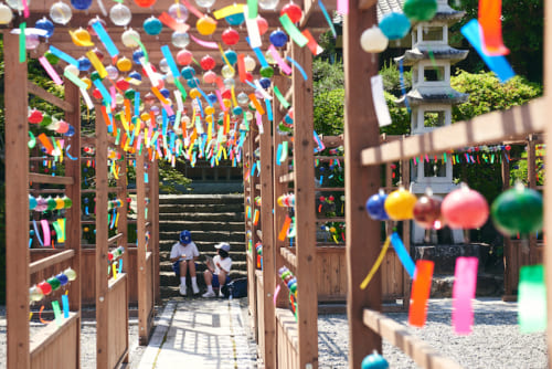 山門から本堂までの「風鈴の小道」には約2000個の色鮮やかな風鈴が吊るされています。