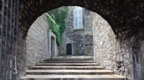 不幸な最期を遂げたダーキー・ケリーの幽霊が佇んでいると言われる地獄への階段のふもと。聖域である教会には入れないため、ここに立つのだという。