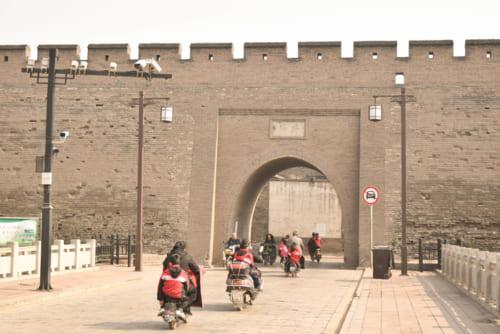 吸い込まれるように、城門をくぐるバイクの姿が絶えない