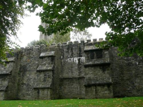 教会の周りは1240年に建設されたダブリン市の壁が当時のままに残っている。過去からの亡霊にとって居心地の良い場所なのかもしれない。