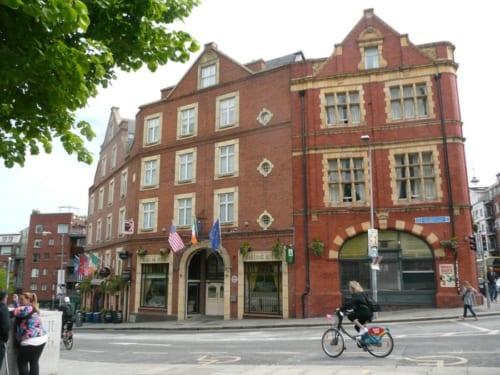 ダーキー・ケリーズパブがあるダブリンで最も古い通り。13世紀にはパブやレストランが並ぶ人気の歓楽街であった。
