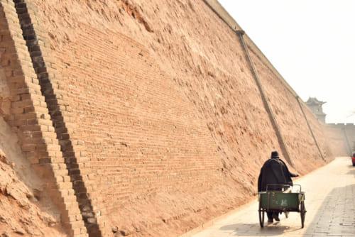版築の工法を駆使した城壁を目近に見学できる