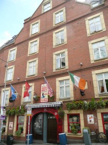 パブの前には旗がなびき、並べた酒樽がお客を迎える。ここが18世紀には『Maiden Tower(乙女の塔)』という人気の売春宿であった。