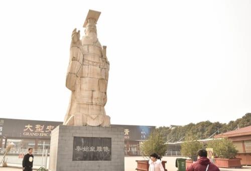 秦始皇兵馬俑博物館に立つ始皇帝像(秦始皇彫像)