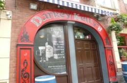 赤い馬鉄の形の入口。アイルランドでは馬鉄は悪魔から見を守り、幸運を呼び込む印とされている。