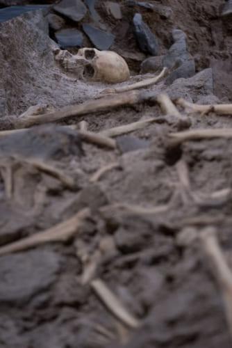 有馬キリシタン遺産記念館で再現される原城跡からの人骨出土現場。