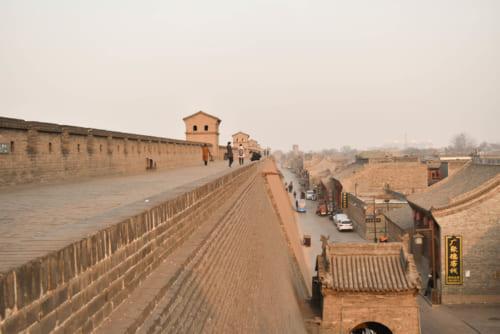 城壁に守られた平遥古城の町並み(写真右)