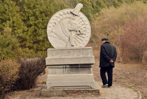銅車馬坑の跡を示す、馬をあしらったレリーフ