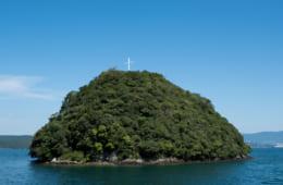 (スケッチと実写の八の子島) 船上から見た八の子島。山頂の十字架が往時の雰囲気を醸し出す。