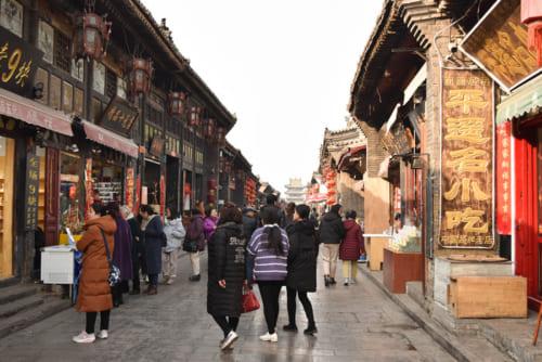 市楼(写真奥)を中心に、多くの観光客や商店でにぎわう