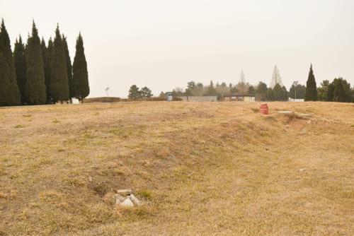東門跡付近には、防御のために築かれた城垣(城壁)の跡が残る