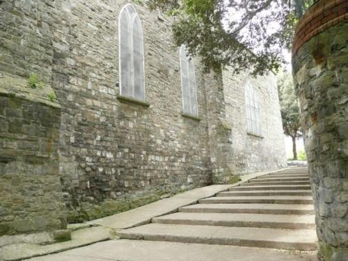 聖オドゥンズ教会の横にある40段の階段。別名『地獄』(への階段)。階段のふもとには扉があり、中世には扉の外に、病人や売春婦がたむろし、死体が打ち捨てられていたからだが、静かで神聖な感じすら漂う。