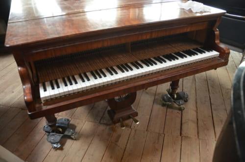 アンティークのピアノの音色