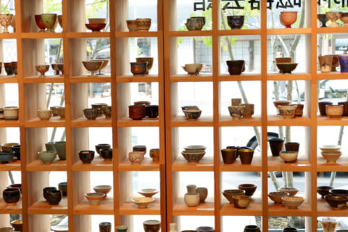 京都で活躍する作家、窯元の作品を展示・販売