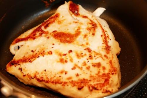 鶏肉の両面に小麦粉を薄くまぶし、油をひいたフライパンで両面こんがりと焼く。
