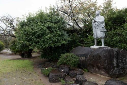 本丸跡にたつ天草四郎像。
