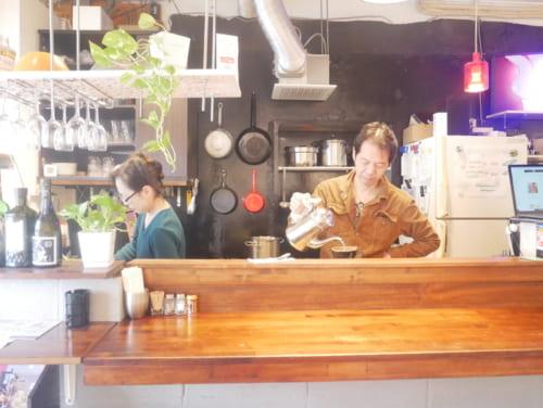 店主の山崎良(右)さんと北村香織(左)さん。お二人は彫刻家で、店内にはさり気なく作品が置かれ、店に彩りを添えています。