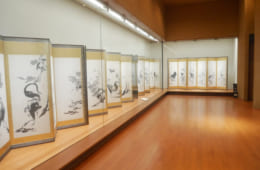 本来の屏風は和室で座って眺めるもの。あえて低い位置に展示されているので、お座敷にいる気分で作品の鑑賞ができます。