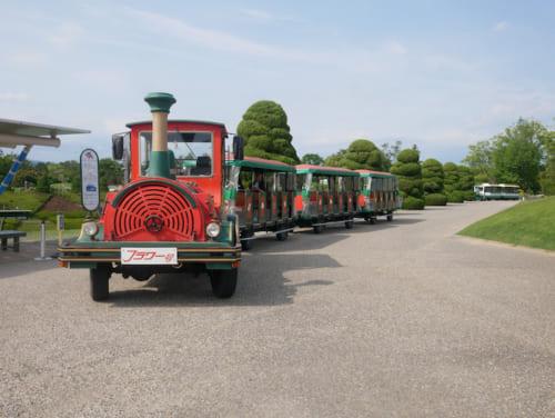 広い園内を楽しむにはフラワートレイン(1乗車大人100円)が便利です。