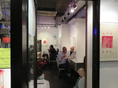 お店の扉を開けると、その時々のアート作品が並び、賑やかな会話が聞こえてきます。