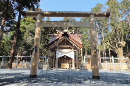 眞名井神社へは籠神社から歩いて7分ほどのどかな道を歩いていくと辿り着きます。