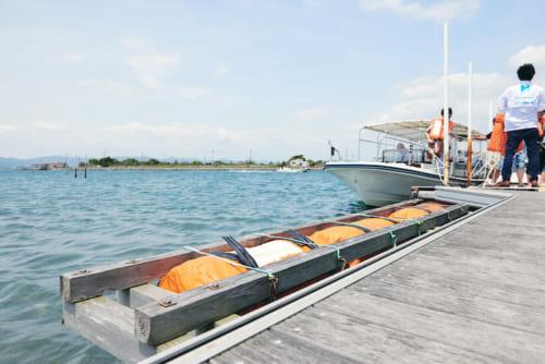 船に乗って、浜名湖の真ん中へ。ビーチサンダルとタオルが用意されているので、手ぶらで爽快なクルージングが楽しめます。