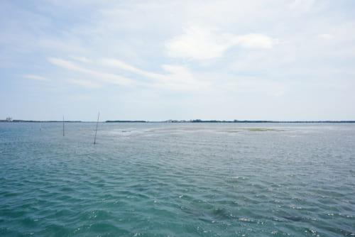 浜名湖の真ん中に稀に現れる浅瀬。 見渡す限り、湖に囲まれた場所に立つと、どこか幻想的な気分になります。