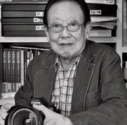 仕事場の棚には、師・木村伊兵衛の作品が山積み。「代表を務める写真保存センターで、著名な写真家の仕事を語り継いでいくシステムをつくることも私の重要な仕事です」