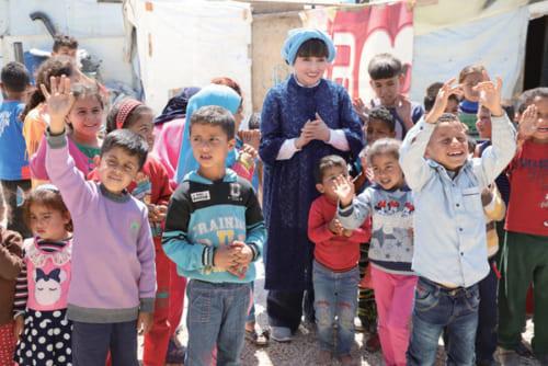 ユニセフ親善大使の黒柳徹子さんに同行し、今年5月に中東のレバノンを訪問。写真はシリアから逃れてきた難民の居住区で、子供たちに囲まれ思わず笑顔になる黒柳さん(※『黒柳徹子のレバノン報告』(仮)95 がテレビ朝日(関東地区のみ)で6月30日(日)午前10時~10時55分に放送予定。)。