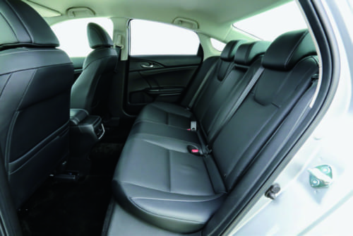 後席の着座位置もやや低めだが、前席との距離に余裕をもたせており広々としている。後部窓が近いので、頭上はやや圧迫感がある。