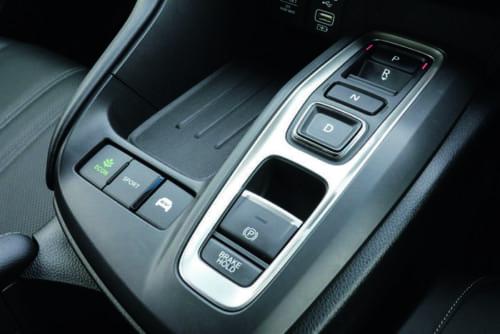 シフトレバーはなく、前進や後退、ニュートラルなどの切り替えや駐車ブレーキ、走行モードの選択は助手席との間に備わるスイッチで行なう。