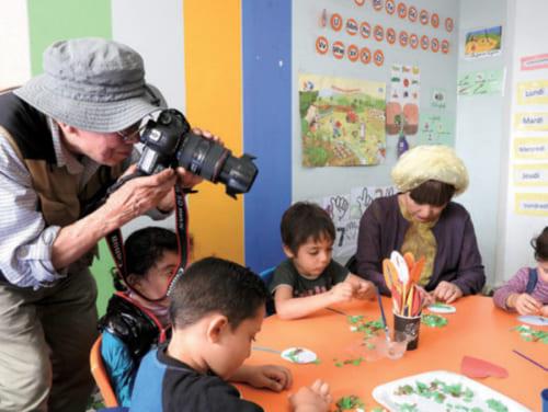 レバノンでは黒柳徹子さんと首都ベイルートにあるパレスチナ難民居住区の教育施設も訪問。遊びを通して子供たちの悩みや希望を聞く黒柳さんにレンズを向ける。
