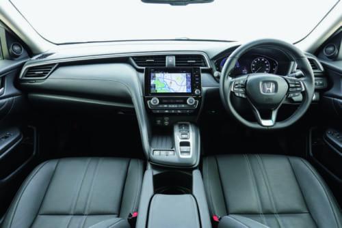 スポーツカーを彷ほう彿ふつさせる、機能的で洗練されたデザインの運転席回り。ハンドルの両端に指先で手動変速できるパドルシフトを備える。