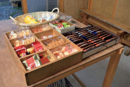 午前10時と午後3時の2回、作業所にある休憩室でおやつを摂る。手製の木箱にクッキーやあられ、果物などが用意されている。飲み物はコーヒーや紅茶、日本茶など。