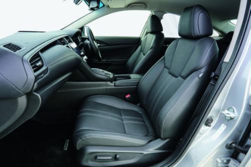 前席の着座位置はやや低めだが、座面や背もたれは体をしっかり支える形状。シート素材はファブリックの他に本革(写真)も用意されている。