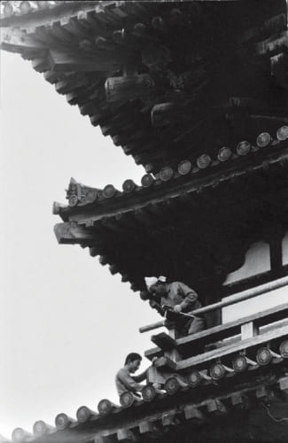 薬師寺で唯一、創建当時から1300年の時を経て現存する東塔。それを実測する西岡常一棟梁と小川三夫さん。小川さん、24歳の頃。その後の同寺西塔・金堂再建では副棟梁を務めた。