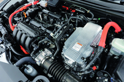 車体前部に横置きされたガソリンエンジンは4気筒1.5Lで前輪駆動のみの設定。手前右の銀色のケース内にモーターがある。
