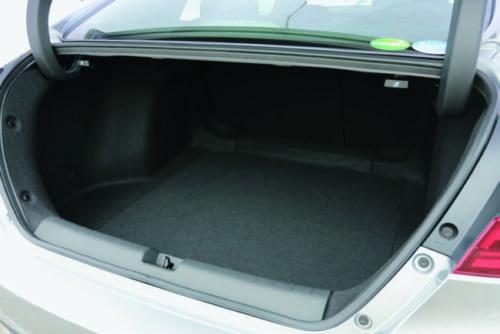 開口部が非常に大きく荷物の出し入れが容易な荷室。後席の背もたれを前に倒せば室内と一体化でき、長尺物も入れられる。
