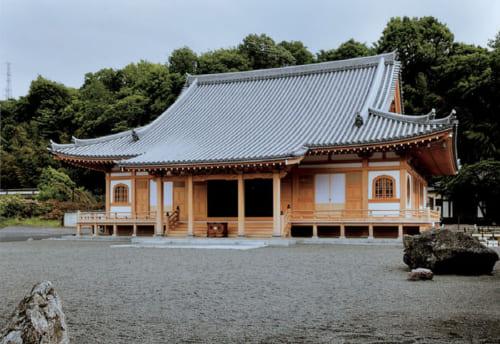 『鵤工舎』の最新施工例。平成27年9月に竣工した龍源院(神奈川県座間市)の新築本堂。入母屋 造り本瓦葺き。建物の線の優しさ、80トンの瓦が載ってもそれを支えきる木組みに、小川さんの技が確実に継承されている。