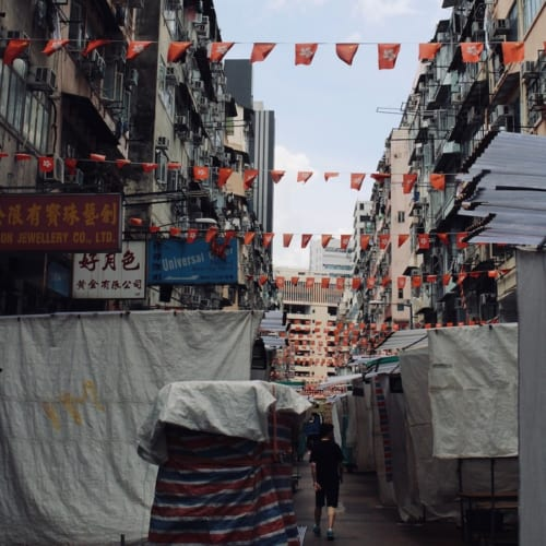 夜から営業を始めるお土産屋台街、通称「男人街」。この奥は昼間でもカメラを向けると制止される危険なエリアだ。