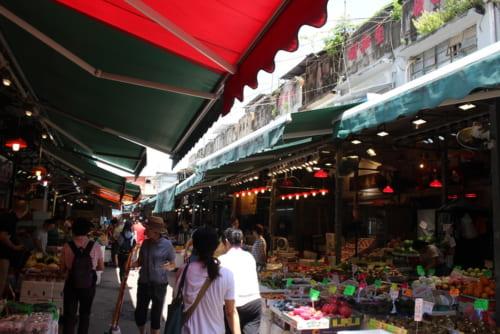 小売店が並ぶエリア。100年以上前に建てられた2階建ての店舗兼倉庫は香港2級歴史建築物に指定されている。