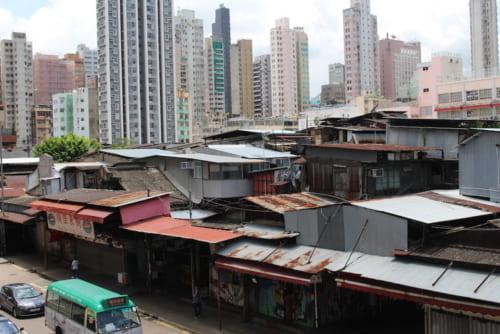 裏から市場全体を眺めると増改築を繰り返したその佇まいは都会に突如現れたスラムのよう。「黄賭毒(売春、賭博、薬のこと)」の温床と呼ばれていた。