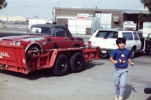 フレズノでフェアレディを受け取った際の一場面。赤いボディカラーは再塗装されたさび止めもので、本来はグレーでした。手前のお子さんは純一さんのご子息です。