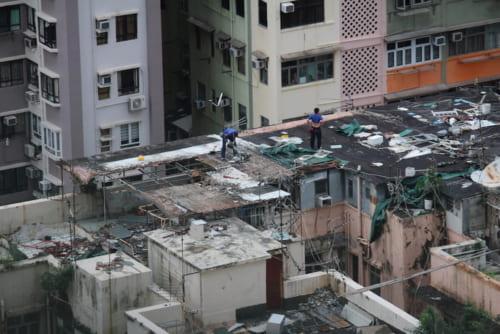 まだ一部生活者はいるようだが近いうちに取り壊されるのだろうか、トタン屋根を剝がす作業者が見える。