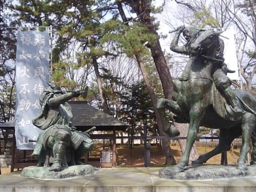 川中島古戦場に隣接する八幡社にある「武田信玄と上杉謙信一騎討ちの像」