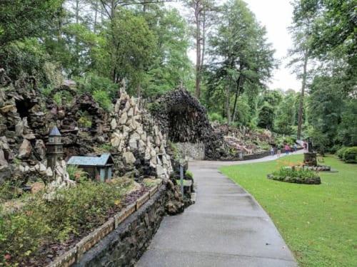 ミニチュア建築は地形を生かし、岩や木々の間に作られている