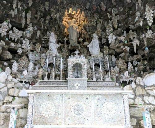 鍾乳洞を利用して建てた祠もある。中央には、キリストを抱いたマリア像